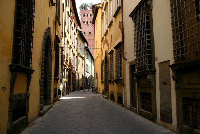 lucca-street-italy